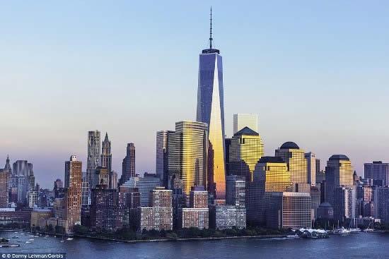中新网3月8日电 据外媒报道,纽约世贸中心在911恐怖袭击中倒塌,13年后在原址兴建、高541米的新世贸一号大楼即将落成。《时代》周刊日前率先登上这座比香港环球贸易广场(ICC)还要高的建筑最顶端,拍下360度独家全景照片。  照片显示了鸟瞰自由女神像、帝国大厦等著名地标的场面,带来震撼的视觉效果。  纽约风光,世贸双子塔的风景线已成过往  911恐怖袭击十周年纪念日,世贸归零地亮灯纪念